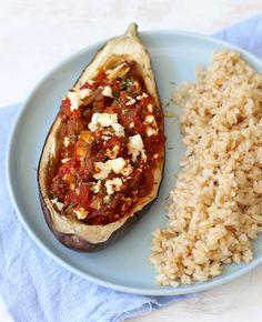 Deze week plaatsen we Griekse recepten en dan mag ook dit recept ook zeker niet ontbreken. Het is een traditioneel Grieks recept voor gevulde aubergine. Je kunt variëren met de vulling, maar ook deze vulling is echt een aanrader! Gevulde…