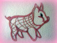 SM7, 1.5€ Peut-être y serez-vous, peut-être gagnerez-vous ce petit cochon...cette année à Othis le thème est l'échange, sur la ferme. Modèle assez simple pour cette dentellière chevronnée, mais réalisé avec goût et talent ! Merci et bravo à Jeanne Lafay...