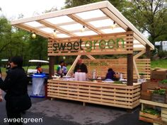 pop up store food - sweet green-- great pop-up store or kiosk design Kiosk Design, Cafe Design, Booth Design, Store Design, Food Stall Design, Beach House Style, Food Kiosk, Pop Up Restaurant, Food Stands