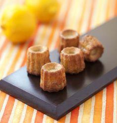 Gros coup de coeur pour ces petits cannelés maison parfumés au citron et limoncello. Bien craquant à l'extérieur, le coeur moelleux a un doux goût de citron. Un délice inspiré d'une recette d'Iza.