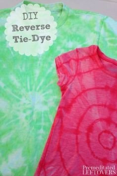 How to Reverse Tie Dye a T-Shirt - A tutorial on how to reverse tie dye a T-shirt using bleach, including two different tie techniques. by dee Tie Dye Steps, How To Tie Dye, Reverse Tye Dye, T Shirt Tutorial, Tie Dye Crafts, Diy Crafts, Adult Crafts, Diy Tie Dye Shirts, Bleach Tie Dye