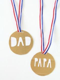 cadeau fête des pères idée médaille meilleur papa en carton et bande tricolore, bricolage enfant, activité manuelle maternelle facile