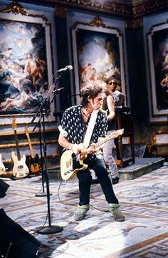 Keith Richards / The Rolling Stones: 50 Years In Photos Charlie Watts, Mick Jagger, Keith Richards Guitars, Rolling Stones Keith Richards, Rolling Stones Logo, Rollin Stones, Ron Woods, King Richard, Stevie Ray Vaughan