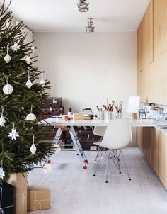 Työhuoneessa on Matin ja puuseppäystävän suunnittelema jalavaviiluinen kaapisto. Pöytä on tehty kahdesta asunnon vanhasta ovesta. Pöydänjalkana on remontissa käytetyt A-tikkaat. Pöydällä on Matin suunnittelema Loota-valaisin. Arkuissa säilytetään maaleja ja hienopuusepän työkaluja. Katossa on Modulaarin kohdevalaisimet. Kaapiston välitilassa ovat Matin suunnittelema kahvallinen Loiste-lyhty ja  Harri Koskisen suunnittelema Block-valaisin.