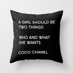 Una copertura del cuscino di peluche vellutino bianco e nero con la citazione di Coco Chanel una ragazza dovrebbe essere due cose: che e quello