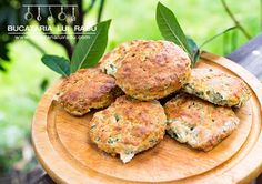 Biscuiti tip scones cu branza si leurda. Un fel de pogacele sau pogaci. Wild Garlic, Salmon Burgers, Bacon, Seasons, Ethnic Recipes, How To Make, Cheese Scones, Food, Salmon Patties