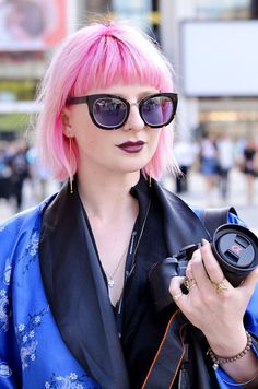 love the color combo of her pink hair, her pale skin and wine colored lips. Not to mention those sunglasses! Makes me miss my pink hair!