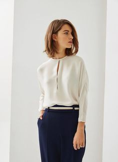 Loose-fitting blouse that has a crew neck and elegant slits down the center front. It has three-quarter-length dolman sleeves and a single-button keyhole opening in the back. It also has button cuffs. Business Outfits, Office Outfits, Classy Outfits, Casual Outfits, Hijab Fashion, Fashion Outfits, Look Office, Blouse Outfit, Work Looks