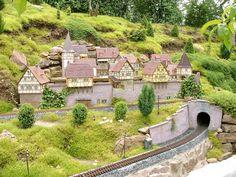 I really like this combination. Eine Stadt aus Fachwerkhäusern auf einer Gartenbahn, davor zwei Gleise.