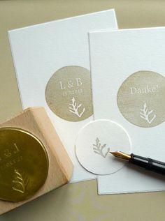 *Hochzeitsstempel-Set mit floralem Motiv*  ... in diesem Fall eine kleine Alge.  Für eure Einladungen, Menü- und Tischkärtchen, Namensschilder, Aufkleber, Give-Aways, Danksagungen und was sich...