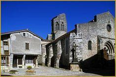 Photo au coeur de l'été de la belle maison à pan de bois du XIVe siècle et de l'église romane Saint-Jean-Baptiste du XIIe siècle, à Charroux, dans le département de l'Allier, en région Auvergne-Rhône-Alpes. Photos de Charroux.