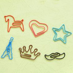 A box of 20 paper clips Cute Paper Clips Book by PokemonGarden Wire Crafts, Diy And Crafts, Paper Crafts, Wire Bookmarks, Wire Art Sculpture, Book Markers, Cute School Supplies, Paper Clip, Bookbinding