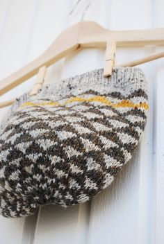 A great example of the impact of colour used in a neutral grey garment. Knitting Yarn, Hand Knitting, Knitting Patterns, Wooly Hats, Knit Mittens, Knit Hats, Fabric Yarn, How To Purl Knit, Knitting Accessories