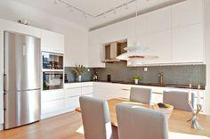 Stilrent och kvalitativt kök från Ballingslöv med svart granitbänk och glasmosaik. Induktionshäll samt inbyggd varmluftsugn och micro från Siemens. LUCKA: Line vit/alu