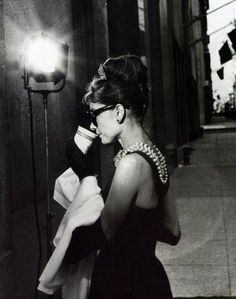 Audrey Hepburn filming Breakfast at Tiffany's (she's standing in front of Tiffany & co, Fifth Avenue). Melhor looks de todos Divas, Pin Up, Classic Hollywood, Old Hollywood, Pretty People, Beautiful People, Beautiful Lips, George Peppard, Glamour