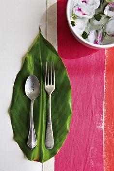 Una mesa colorida con acentos rosas y presencia del verde. El brunch del Bookazine Recibir en casa de Living.