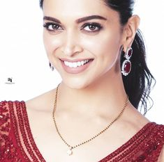 That kinda Mangalsutra 💕😍😘 Deepika Padukone for Nickeloden Kids Choice Awards 💖 . Mangalsutra Bracelet, Diamond Mangalsutra, Gold Mangalsutra Designs, Gold Jewellery Design, Fancy Jewellery, Indian Wedding Jewelry, Bridal Jewelry, Beaded Jewelry, Chain Jewelry