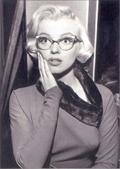Show off your Marilyn Monroe side this Halloween (or any day, because who are we kidding, she's fantastic) with a pair of cats-eye glasses and a chic vintage outfit. Marylin Monroe, Marilyn Monroe Quotes, Halloween Costumes Glasses, Costumes With Glasses, Robert Kennedy, Rare Images, Cat Eye Glasses, 50s Glasses, Wearing Glasses