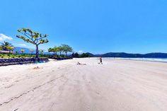 Uma praia que atende a surfistas e famílias que aproveitam de sua extensão, aproximadamente 2 km, de areias finas, brancas e batidas que propícia à caminhada e prática de esportes.