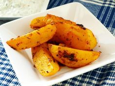 Řecké patates                          Brambory oloupeme, omyjeme, osušíme a po délce rozdělíme na 4 díly (nebo jak kdo chce). Do mísy dáme rozmačkaný česnek, mletou papriku, rozmarýn,... Russian Recipes, Carrots, Cheesecake, Banana, Fruit, Vegetables, Invite, Polish, Kitchen