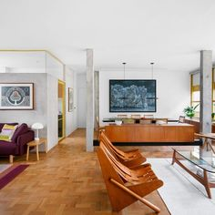 The 140-square-metre apartment is located in the Louveira Building, built in 1946 by architects João Batista Vilanova Artigas and Carlos Cascaldi. Apartment Renovation, Apartment Interior, Home Living Room, Living Spaces, Painted Window Frames, Home Furniture, Furniture Design, Vintage Furniture, Condominium Interior