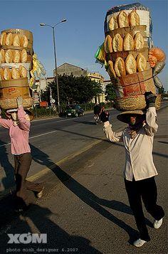 Donne venditrici ambulanti con le baguette #vietnam #viaggio  http://viaggi.asiatica.com/
