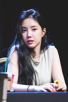 Son Na Eun - Hongdae Fan sign event Kpop Girl Groups, Kpop Girls, Euna Kim, Son Na Eun, Apink Naeun, Fan Signs, Pink Panda, Grunge Girl, Soyeon