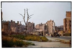 Ruiny w kolorze Henry Cobb 1947 Szpitalna róg Boduena Cobb, New York Photographers, Documentary Photography, World War Two, Old Town, Old Photos, Monument Valley, New York Skyline, Around The Worlds