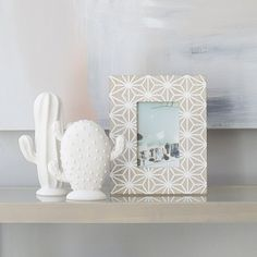 Adoc, un bonito marco de fotos de madera con dibujo en blanco para decorar cualquier estancia. Fall Deco, Floating Shelves, Candle Holders, Candles, Frame, Home Decor, Fall Living Room, Frames, Wood