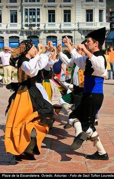 Bailando en la Plaza de la Escandalera. Oviedo (Asturias) - Foto de Saúl Tuñón Loureda