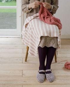 手作り時間のお供に、あったか空気を含むふわふわニット地のひざかけを。/ふわもこ素材で作るかわいい冬小物(「はんど&はあと」2012年1月号)