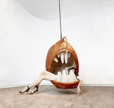 Le designer Porky Hefer a réalisé une série de chaises suspendues en forme d'animaux ou de monstres pour permettre de s'asseoir dans la gueule d'un prédateur.
