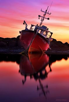 Beautiful sunset behind this abandoned boat on the sea. Beautiful World, Beautiful Images, Beautiful Sunset, Foto Nature, Cool Pictures, Cool Photos, Water Crafts, Belle Photo, Amazing Photography