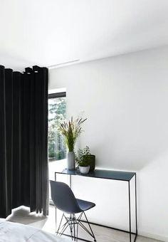 Emil Thorups sommerhus | bobedre.dk Grey Houses, Small Storage, Home Office, Oversized Mirror, Sweet Home, Cottage, Interior Design, Bedroom, Table