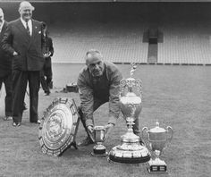 Liverpool manager Bill Shankly looking for the missing cup, the FA Cup August 1966 Liverpool Legends, Liverpool Home, Liverpool Football Club, Liverpool Goalkeeper, Best Football Team, School Football, Football Soccer, Bill Shankly, Uefa Super Cup