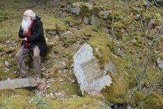 L'artiste contemporain herman de vries assis à côté d'une de ses oeuvres dans la forêt d'Eschenau (lieu où il vit en Allemagne). #orcadredorure#hermandevries#stone#art#gold#eschenau Edgar Degas, Les Oeuvres, Contemporary Art, Nature, Gold, Contemporary, Landscape, Artist, Germany