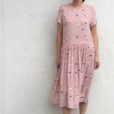 Robe cousue en viscose Moonstone pink Atelier Brunette, en vente sur 36bobines.com, boutique en ligne de tissus, mercerie et patrons de couture.