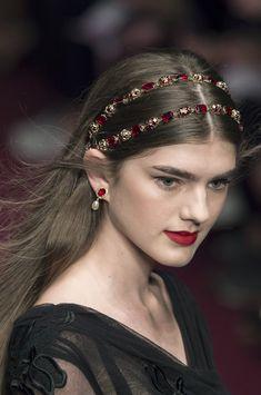 Detail / Dolce & Gabbana / Mailand / Frühjahr 2018 / Kollektionen / Fashion Shows / Vogue Spring Hairstyles, Wedding Hairstyles, Tiara Hairstyles, Medium Long Haircuts, Pelo Vintage, Bridal Hair, Bridal Makeup, Hair Jewels, Corte Y Color