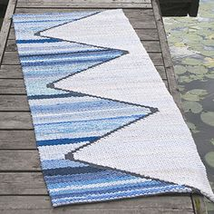 OHJE: Marina-räsymatto Pin Weaving, Loom Weaving, Weaving Designs, Weaving Patterns, Rug Inspiration, Rug Yarn, Weaving Textiles, Woven Rug, Handmade Rugs
