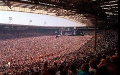 Pictures of Music Fans Attend the 1985 Live Aid Concert at Wembley Stadium, London Concert Crowd, Rock Concert, Pictures Of Rocks, Music Pictures, Queen, Concert Stage Design, Live Aid, Popular Bands, Wembley Stadium