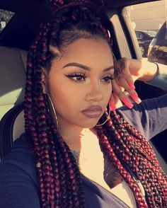 All styles of box braids to sublimate her hair afro On long box braids, everything is allowed! For fans of all kinds of buns, Afro braids in XXL bun bun work as well as the low glamorous bun Zoe Kravitz. Cornrows, Box Braids Hairstyles, Girl Hairstyles, Hairstyle Braid, 1940s Hairstyles, Hairstyles 2018, Popular Hairstyles, Hairstyle Ideas, Curly Hair Styles