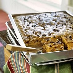 A schmear of cream cheese frosting tops this classic pumpkin bar recipe to complete the indulgent dessert recipe. Top each serving of the bar recipe with a pecan half for a special touch. Low Calorie Desserts, Köstliche Desserts, Delicious Desserts, Yummy Food, Healthy Food, Tasty, Chocolate Chip Bars, Pumpkin Chocolate Chips, Pumpkin Bars