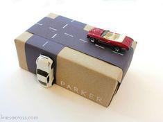 Envolver regalos de forma original con coches y carretera