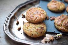 """Schokoladige Cookies ohne Eiweißpulver Aktuell sind Schokobrötchen mit Eiweißpulver wahnsinnig beliebt. Da wir jedoch der Meinung sind, dass wir so wenig wie möglich """"künstliches"""" essen wollen, stellen wir euch hier eine Variante ohne Eiweißpulver aber dennoch als Low Carb Version vor: Weiche"""