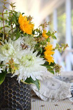 Summer Flower Arrangements, Summer Flowers, Diy Flowers, Flower Vases, Low Maintenance Shrubs, Limelight Hydrangea, Metal Containers, Fall Deco, Floral Foam