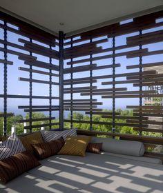 magnifique: toit plein+côté ajourés bois+stores enrouleurs