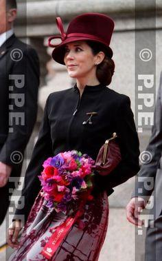 La reine portait une nouvelle tenue très élégante, et personnellement j'aime beaucoup son original chapeau ! Mary a remis une tenue déjà portée auparavant mais réajustée avec une petite veste noire et cette jolie broche en cerises ! Elle portait également un joli chignon. Les trois princes rivalisent d'élégance !!!