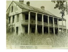 Looks a little like the Tx chainsaw massacre house. At one time, bet she was a beauty. Southern Plantation Homes, Plantation Style Homes, Southern Mansions, Magnolia Plantation, Old Buildings, Abandoned Buildings, Abandoned Places, Abandoned Plantations, Louisiana Plantations
