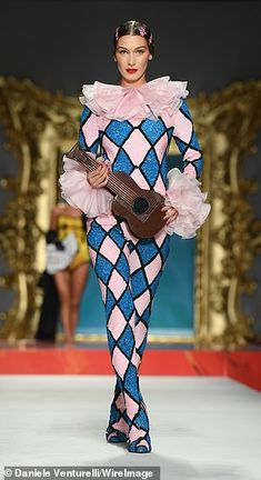 Supermodel Gigi, stormed the runway alongside her sister Bella, and Kaia, during Moschino's Milan Fashion Week presentation in Italy on Thursday evening. Runway Fashion, High Fashion, Fashion Show, Fashion Design, Milan Fashion, Pierrot Costume, Moschino, Clown Dress, Clown Clothes