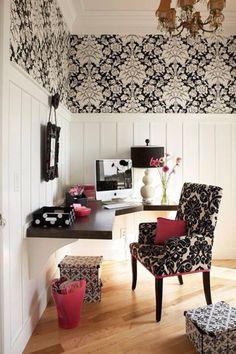 El despacho: El despacho está lejos de la cocina.  La silla/El escritorio: La silla está cerca del escritorio.